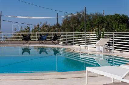 La piscina è incorniciata da un grazioso solarium