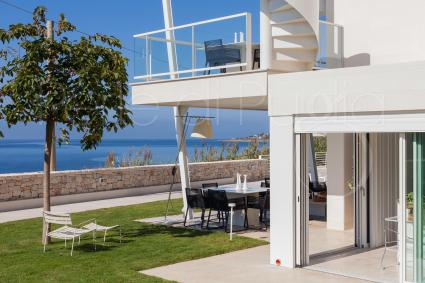 La villa sul mare in affitto in Puglia si sviluppa su due livelli