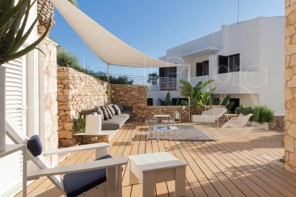 La villa consente di rilassarsi piacevolmente all`aria aperta nelle sue terrazze