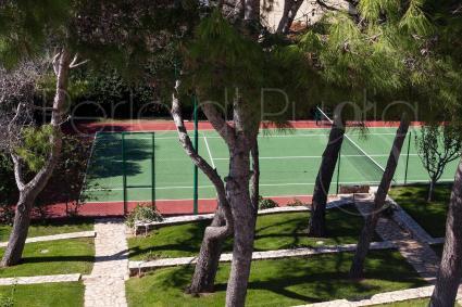 Di pertinenza della villa di lusso vi è un campo da tennis per sfide e divertimento