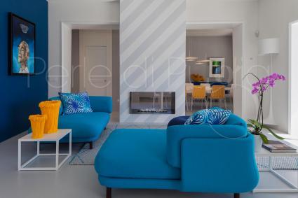 Al pianterreno vi è il salotto moderno e raffinato