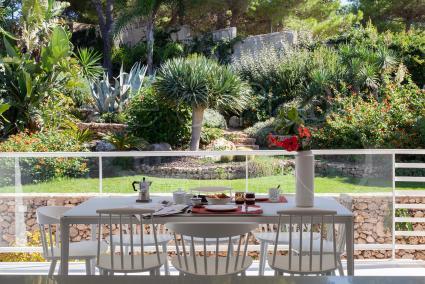 Dal soggiorno, pranzo, cucina vi è accesso diretto alla bella terrazza con vista