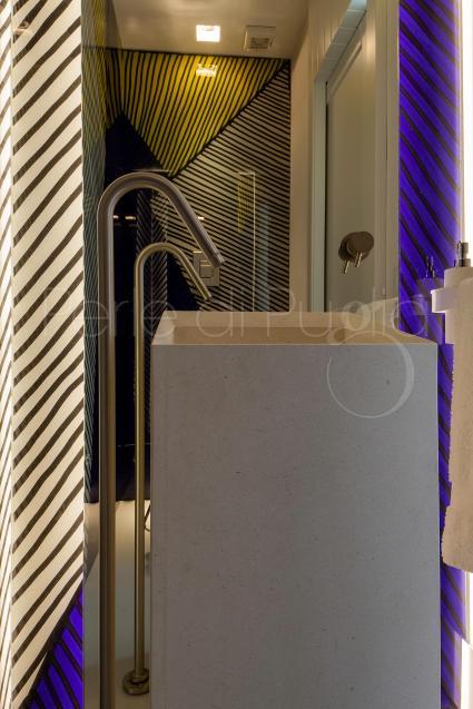 La terza camera matrimoniale del pianterreno è a tinte vivaci come fucsia, giallo e viola