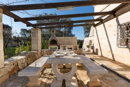 L`area pranzo all`aperto è provvista di barbecue in muratura per le grigliate