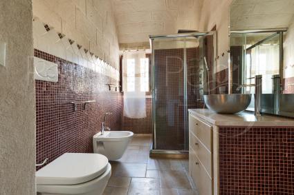 La prima dimora ha un bel bagno moderno completo di doccia