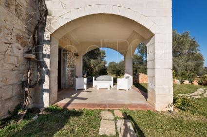 La seconda dimora di charme è adiacente ed ha una bella veranda con salotto