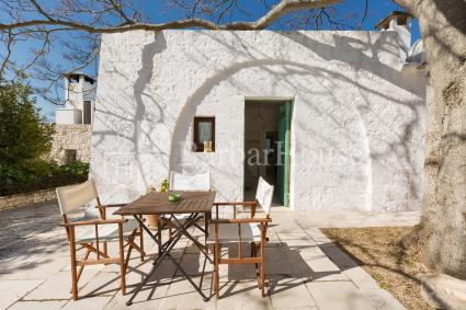 Triple room in trullo with pool for holidays in Valle d `Itria