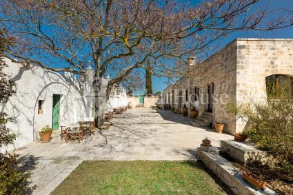 The villa consists of 3 triple rooms and 5 double rooms in trulli around a courtyard