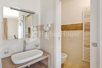 Suite Deluxe Matrimoniale 102 -The bathroom provided with a hairdryer
