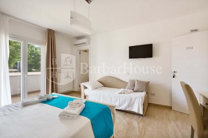 Suite Tripla 104 - Equipped with a TV, wi-fi internet, air conditioning, a fridge and a veranda.