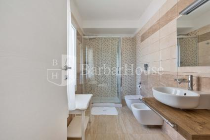 Suite Tripla 104 - The room has a large bathroom with shower.