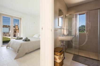 La camera matrimoniale della dependance con bagno doccia
