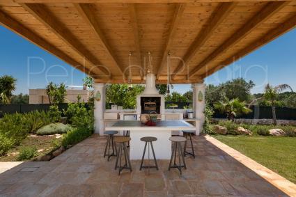 La cucina esterna con barbecue consente di cucinare all`aperto