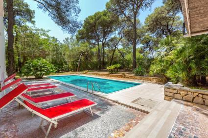 Rilassarsi a bordo piscina sarà un piacere durante le tue vacanze in Puglia