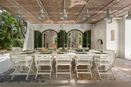 Nella grande veranda si pranza e si cena all`aperto