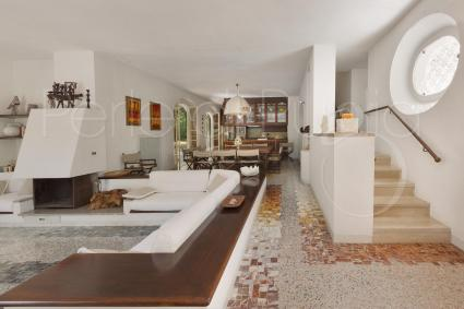 Gli interni sono accoglienti e in stile mediterraneo