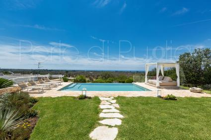 Villa with swimming pool and 12 bed accommodations in Pescoluse, near the sea