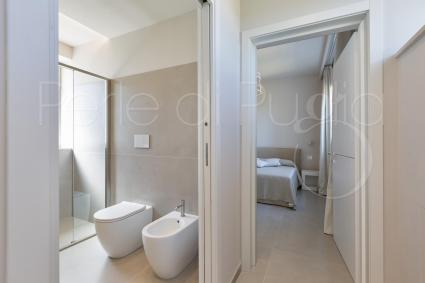 Bedroom with exclusive bathroom