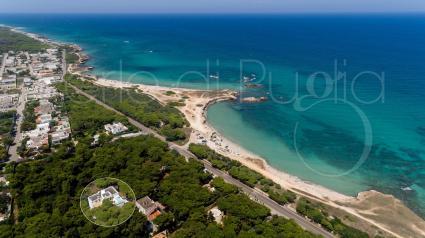 Il drone di Perle di Puglia ha immortalato dall`altro la posizione eccezionale della villa