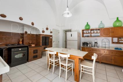 Una grande cucina in stile rustico