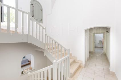 Le scale interne portano alla zona notte e alla terrazza con piscina