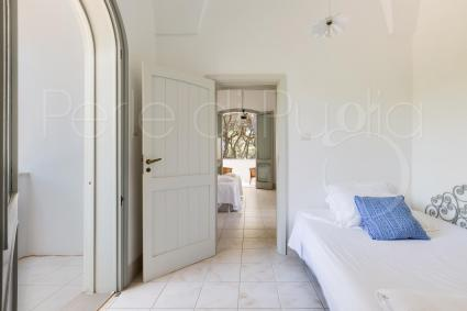 Tra la camera e il balcone vi è un altro ambiente con letto alla francese