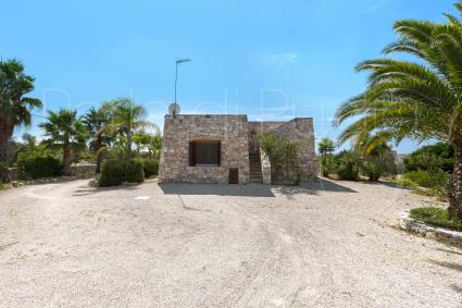 The villa recalls the rural and typical architecture of Salento