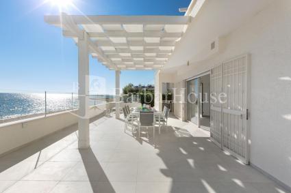 Una grande veranda sul mare per pranzi e cene all`aperto