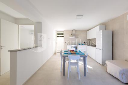 Al piano inferiore vi è un altro soggiorno con cucina a vista
