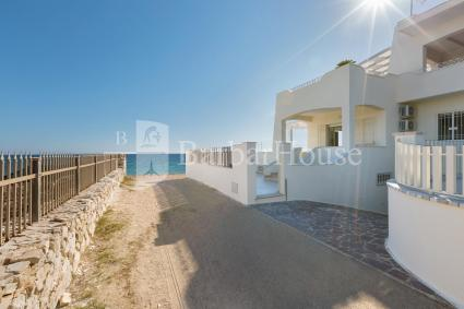 La villa si trova in fondo a una strada che finisce sulla spiaggia