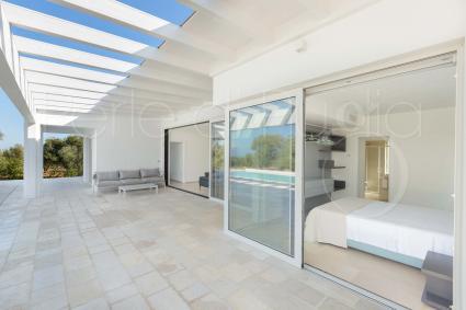 Ampie vetrate rendono gli interni luminosi