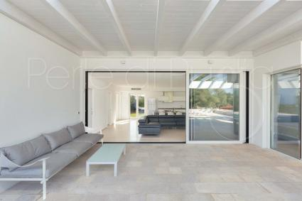La veranda è ombreggiata e arredata con salotto