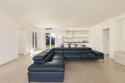 Un grande e comodo divano nella sala living