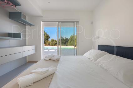 La seconda camera da letto è una matrimoniale con vista piscina