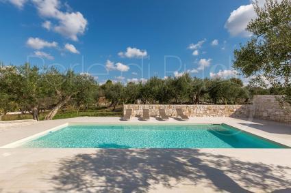 Le bella piscina della villa in affitto sulle Murge