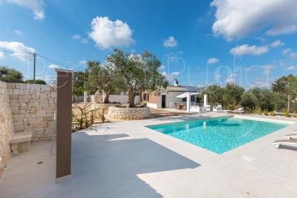 Accanto alla piscina, oltre al solarium, anche un`utile doccia