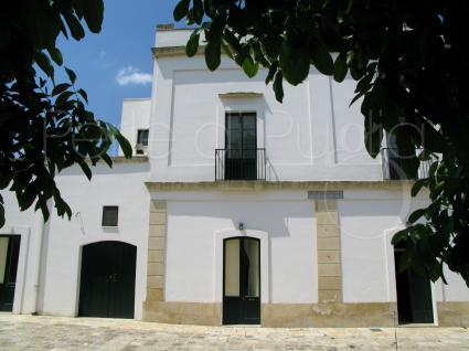 L`ingresso principale della villa con piscina per vacanze in comitiva nel Salento