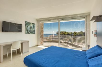 Bedroom with view on the sea and balcony