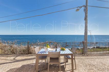 Si può pranzare e cenare con vista sul mare