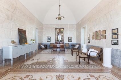 Stupendo pavimento mosaicato e volte imponenti nel bel salone d`ingresso