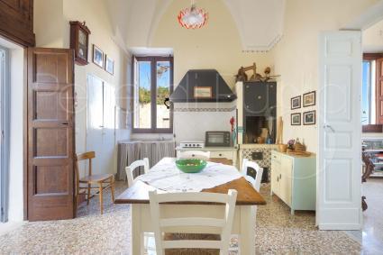Bellissima cucina storica con caminetto