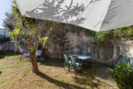 Sul retro vi è un ampio giardino arredato e attrezzato con barbecue