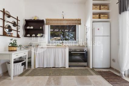 La cucina a vista si trova in soggiorno