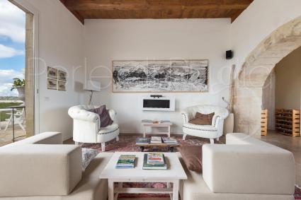 Il salotto con divani e tv