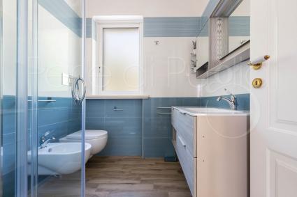 Secondo bagno, completo di doccia