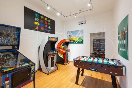 La sala giochi con flipper e video game