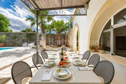 Veranda arredata per pranzare e cenare all`aperto