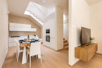 Sala da pranzo con moderna cucina a vista