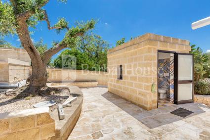 Bagno esterno con doccia