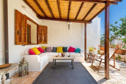 Veranda arredata per piacevoli momenti di relax